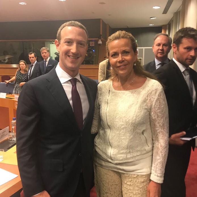 De Zweedse Europarlementariër Cecilia Wikström laat een foto nemen van zichzelf met Facebook-topman Mark Zuckerberg.