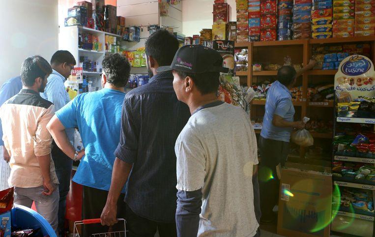 In een kleine supermarkt wordt extra voedsel ingeslagen. Beeld afp