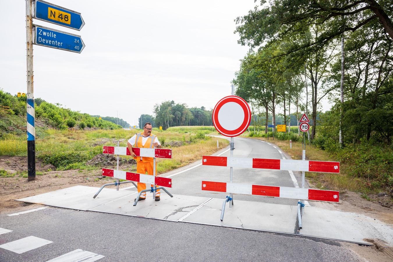 De oprit vanaf de Balkerweg bij Ommen naar de N48 is afgesloten. De wegen worden aangepakt, onder meer met de aanleg van twee rotondes.