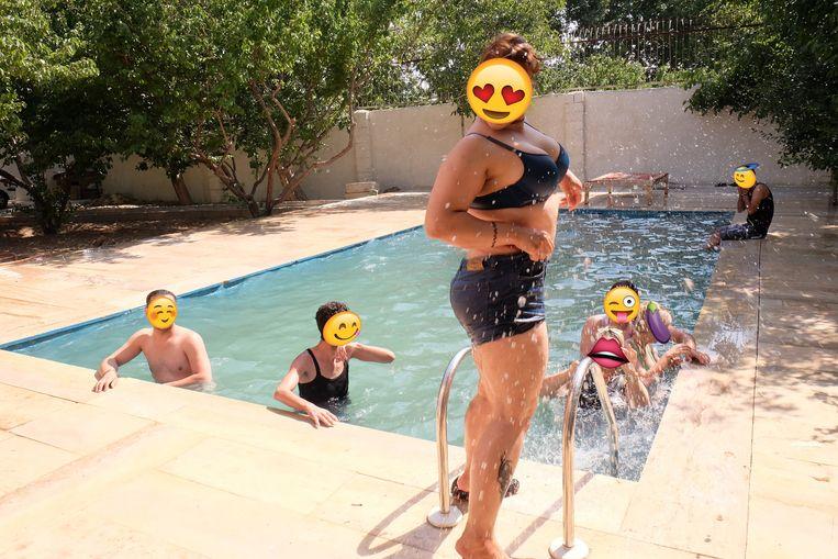 In leegstaande plattelandsvilla's van rijke Teherani's vinden dagelijks uitbundige en 'zedeloze' pool party's plaats Beeld rv
