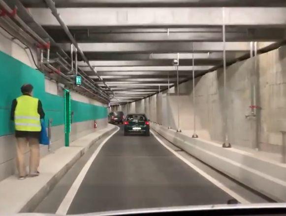 Blinde voetganger op stap in nieuwe Antwerpse autotunnel.