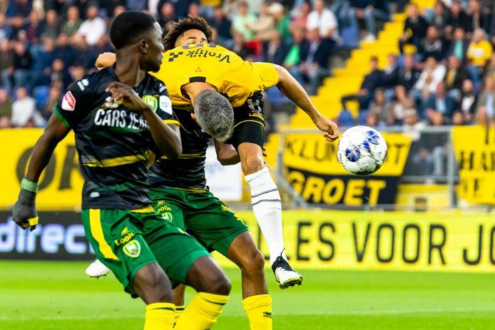 Ralf Seuntjens kopt de 1-0 binnen.
