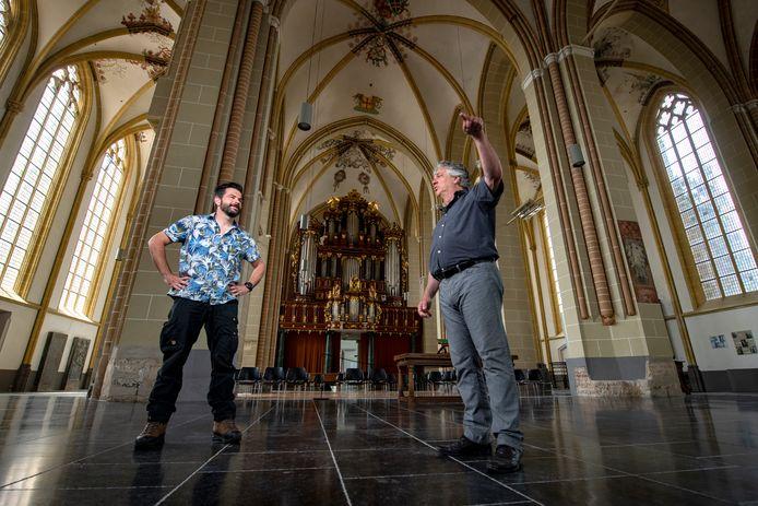 Patrick van Gemert (links) en Arjen Woudenberg treffen in de Walburgiskerk in Zutphen voorbereidingen voor de World Press Photo-tentoonstelling. ,,Het was behoorlijk spannend of het er dit jaar wel van zou komen.''
