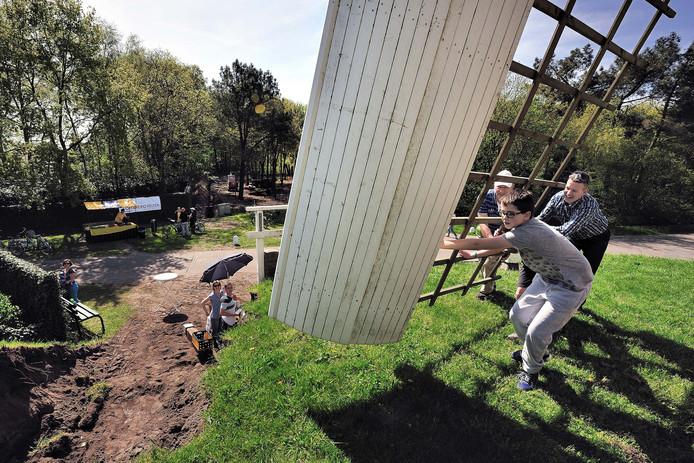 Bij de Heimolen in Rucphen helpen Toon Hendrix en Jan en Jesper Sips de molen op gang. Archieffoto Peter van Trijen/Pix4Profs