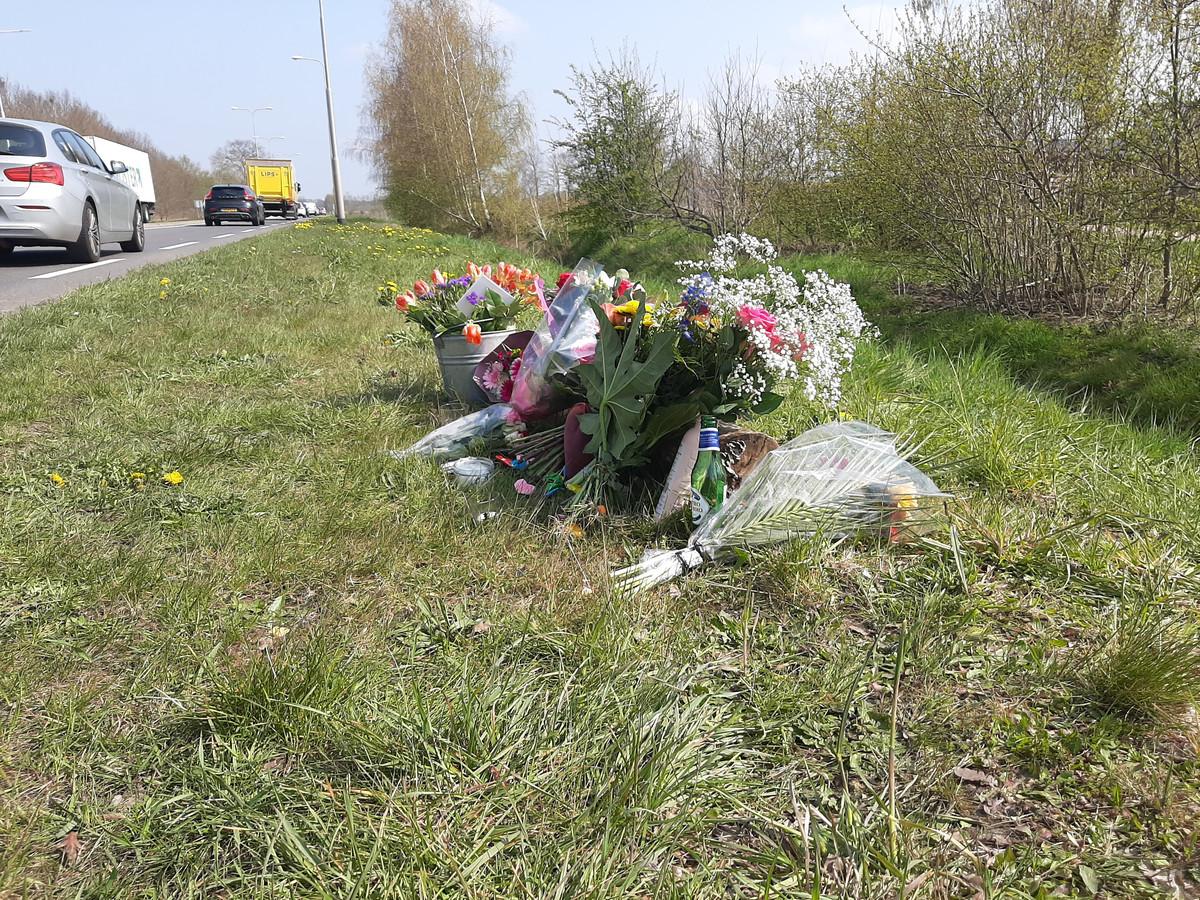Het verkeer op de N348 raast voorbij de herdenkingsplek van de overleden 17-jarige scholiere.