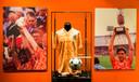 Het 1988 shirt en voetbal van Marco van Basten in het Nationaal Voetbalmuseum 'De Voetbalexperience' kan maar zo in Deventer verschijnen.