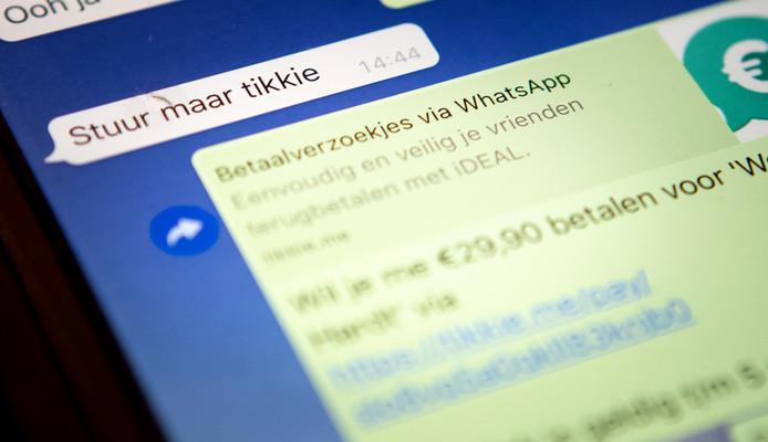Een mobiele telefoon met de betalingsapp Tikkie van de bank ABN AMRO.