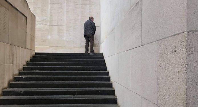 Deze foto van een plassende man tegen een muur van de Menenpoort veroorzaakt heel wat ophef.