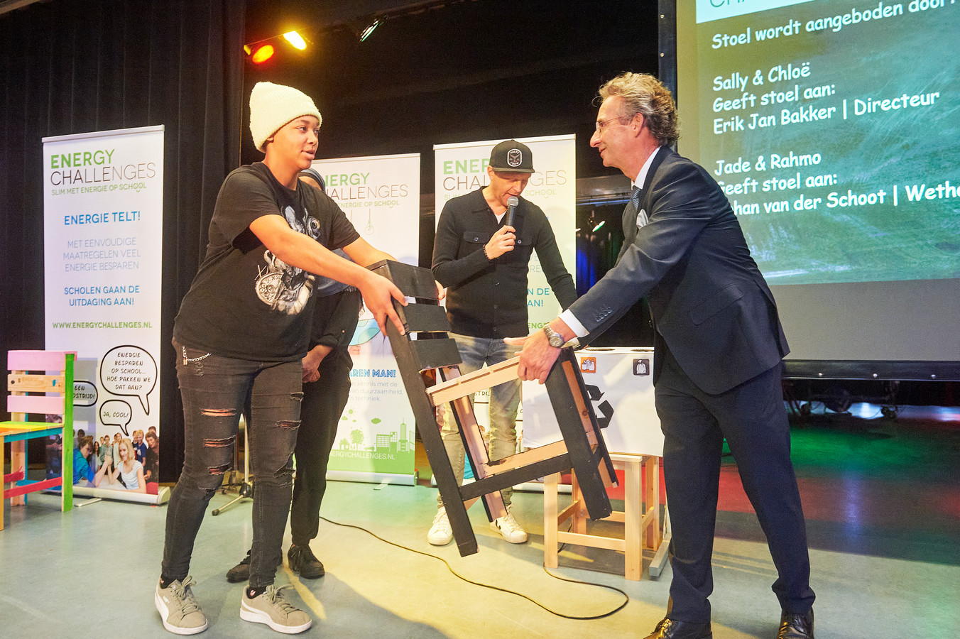 November 2020: Wethouder Johan van der Schoot ontvangt een stoel van de toekomst van Jade en Rahmo, leerlingen van het Mondriaan College.