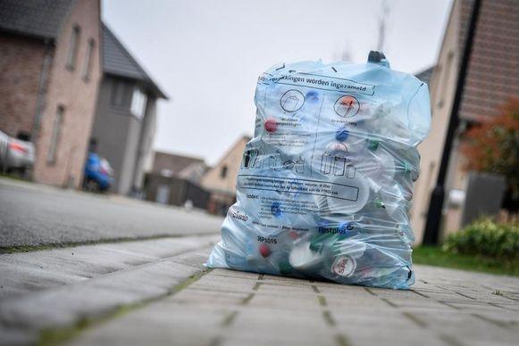 Inwoners van gemeenten aangesloten bij afvalintercommunale Mirom mogen straks meer in hun PMD-zak steken.