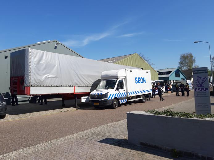 Zwaarbewapende politiemensen doorzochten  in april 2019 een bedrijfsloods aan de Veldzichtweg in Ermelo.