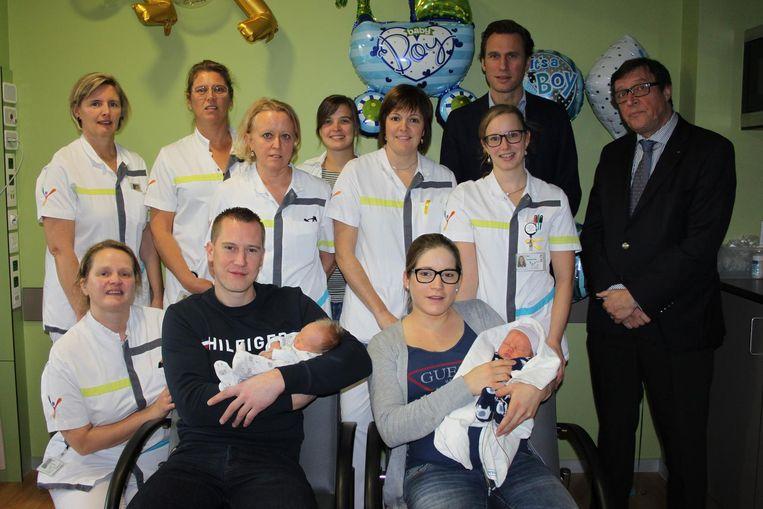 Kristof De Carne en Tasia Desramault met hun tweeling Liam en Lewis, de duizendste bevalling van dit jaar in het Jan Yperman Ziekenhuis.