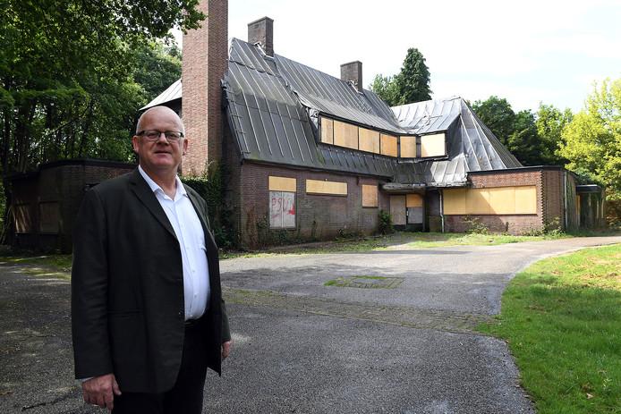 Frank Pubben bij het verloederde pand.