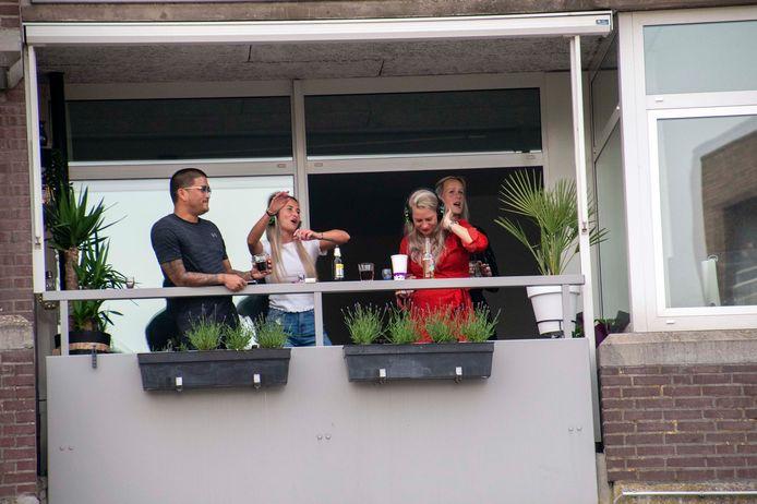 silent disco piuspleinvanaf dak mcdonaldsbuurtbewoners op hun balkons
