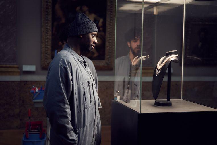Assane Diop (Omar Sy) bewondert een halsketting in de serie 'Lupin'. Beeld netflix