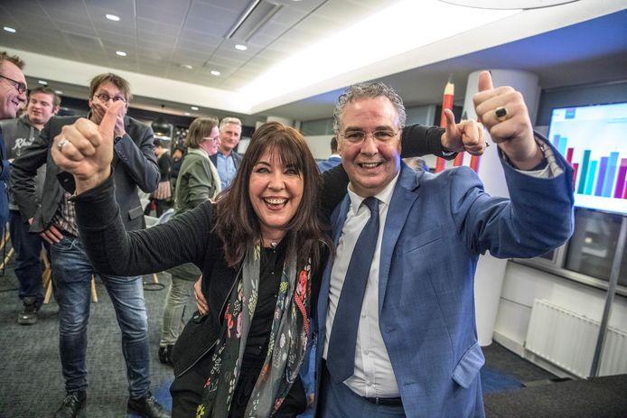 Feest bij Swollwacht in maart 2018. Er wordt een spectaculaire verkiezingswinst geboekt. Links Silvia Bruggenkamp, rechts William Dogger.