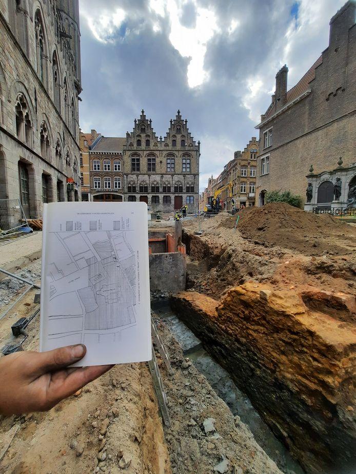 De gevonden muur met op de achtergrond het 'nieuwe' vleeshuis. Op het oude kaartje staan de 2 gebouwen afgebeeld.
