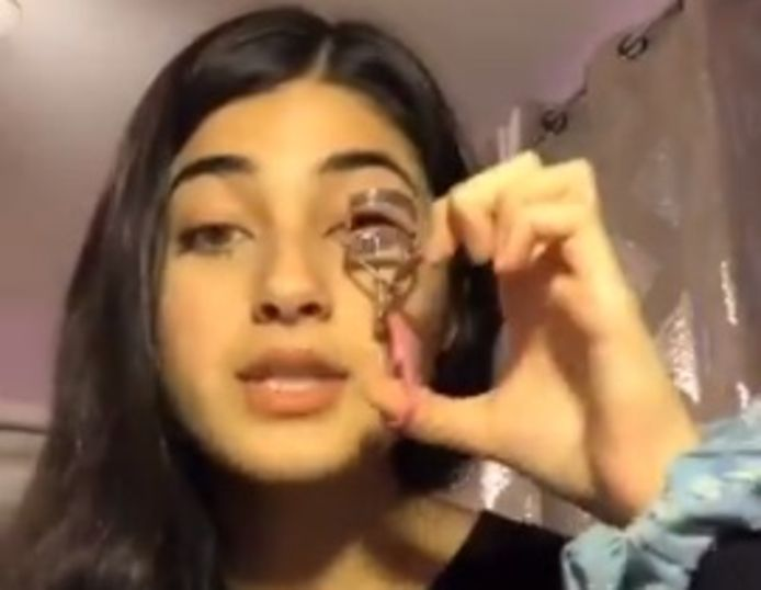 Feroza Aziz laat aan het begin van de video uitschijnen dat ze schoonheidstips zal geven, maar blijkt een diepere boodschap te hebben.