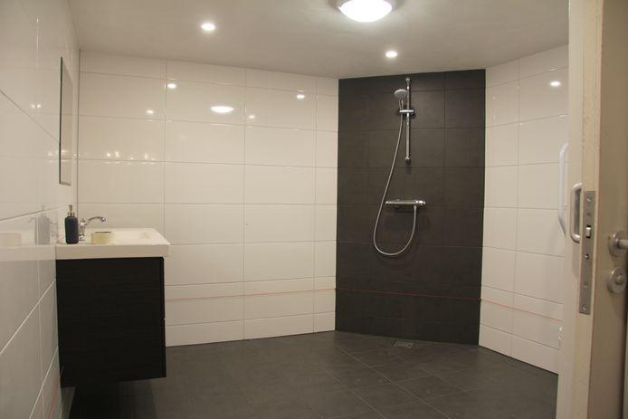 Deze doucheruimte is geschikt voor rolstoelgebruikers.