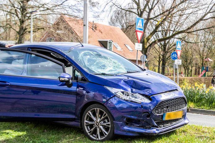 De auto liep veel schade op door het ongeluk in Arnhem.