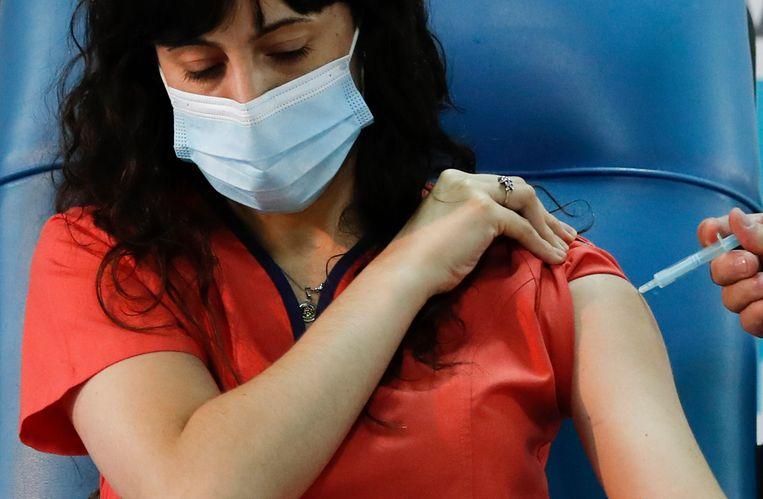 De arts Estefania Zevrnja krijgt een vaccinatie van het Russische Sputnik V-middel in Argentinië.  Beeld AP