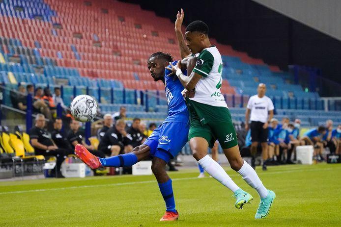 Aanwinst Yann Gboho van Vitesse krijgt matchwinnaar Caio Roque van Lommel SK stevig in zijn rug.