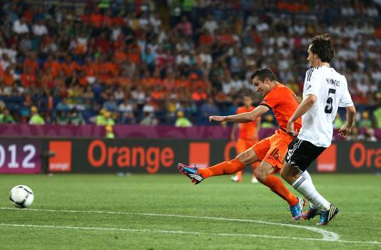 Robin van Persie scoort tegen Duitsland op het EK in 2012