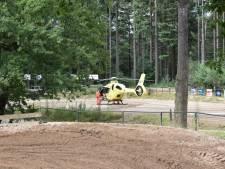 Motorcrossers botsen op baan in Ermelo: traumaheli landt
