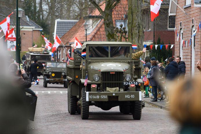 En stoet met historische motoren, auto's en vrachtauto's trok zaterdagmiddag door het centrum van Hellendoorn om 76 jaar bevrijding te vieren.