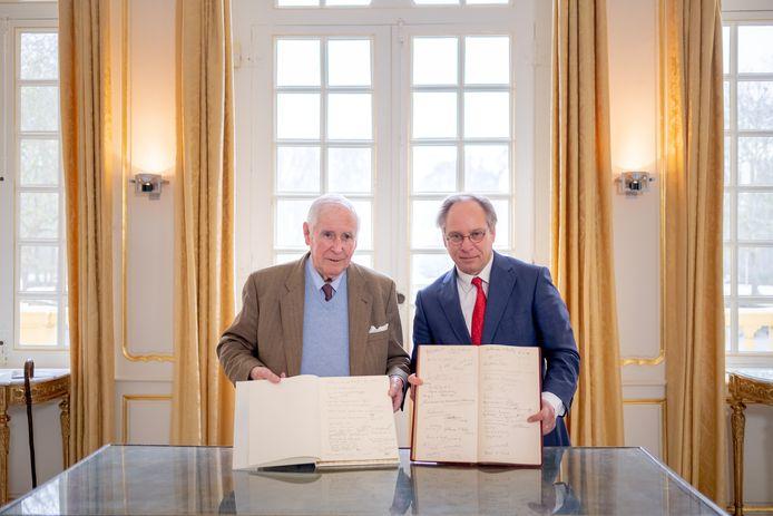 HINGENE Het gulden boek komt terug naar het kasteel d'Ursel. Emmanuel d'Ursel en Emmanuel d'Hennezel tonen het oude en het nieuwe boek.
