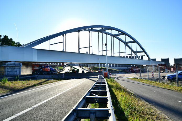 De omgelegde spoorlijn loopt over twee nieuwe, stalen boogbruggen. Die zijn pas geplaatst.