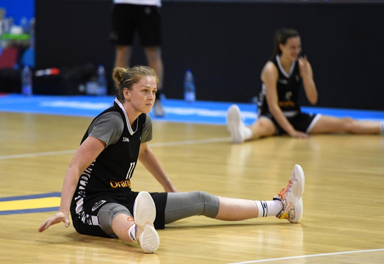 Rek- en strekoefeningen bij Emma Meesseman. In de Rhenus Arena in Straatsburg worden vanmiddag 3.600 toeschouwers verwacht voor Bosnië en Herzegovina-België. Beeld Photo News