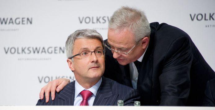 Maart 2012, toenmalig VW-topman Martin Winterkorn (rechts) praat met toenmalig Audi-ceo Rupert Stadler. De twee zijn nu de hoofdverdachten in het dieselschandaal en moeten zich verantwoorden voor de Duitse rechter.