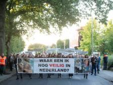 Honderden wandelaars in stille tocht voor slachtoffers van kruisboogdrama in Almelo