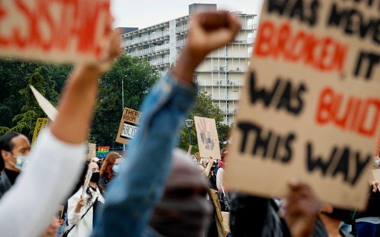 Demonstranten tijdens een demonstratie tegen racisme in het Nelson Mandelapark in de Bijlmer in juni vorig jaar. Beeld ANP