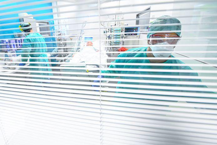 Au total, 2.958 patients sont actuellement hospitalisés, dont 790 en soins intensifs, deux indicateurs au plus haut depuis début-décembre.