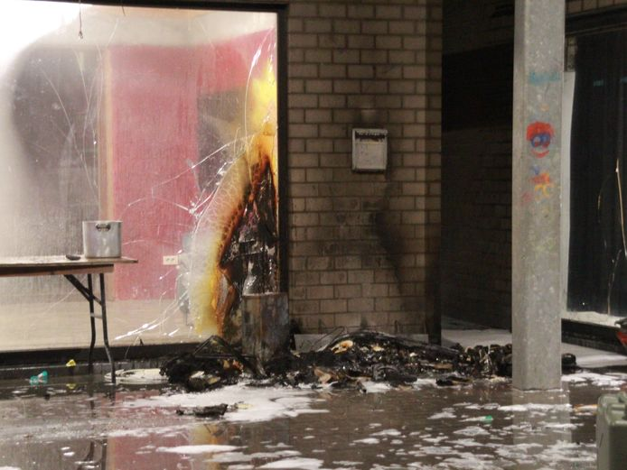 De verantwoordelijke ging de vlammen te lijf met drie poederblussers en kon zo voorkomen dat het gebouw uitbrandde.