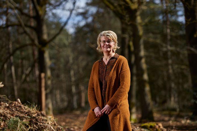Locatiebeheerder Gery Wibbelink op de plek van natuurbegraafplaats Schapenmeer. ,,De inkomsten van de natuurbegraafplaats worden gebruikt om dit mooie bosgebied waar nodig te verbeteren en te onderhouden.''