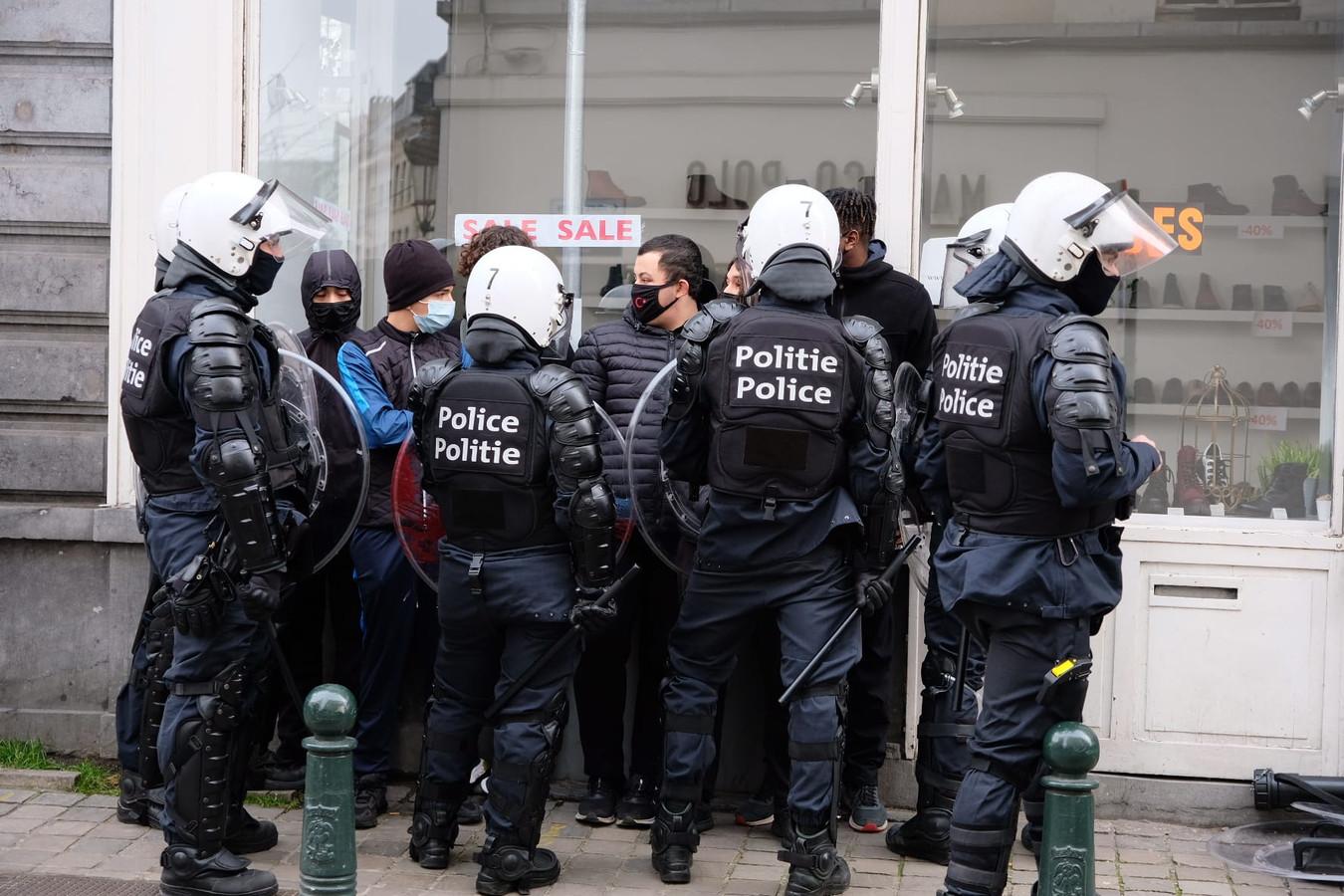 De betoging tegen 'Klassenjustitie' werd verboden, maar toch daagden er heel wat mensen op. Wat het einde moest zijn van de betoging was het begin van een kat- en muisspel tussen jongeren en politie. (archiefbeeld)
