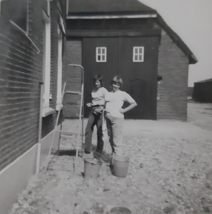 Cora Smits met vriendin Gerda bij de Louise Hoeve op Tiengemeten.