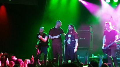 VIDEO. Blinde stagediver duikt van podium in enthousiast metalpubliek