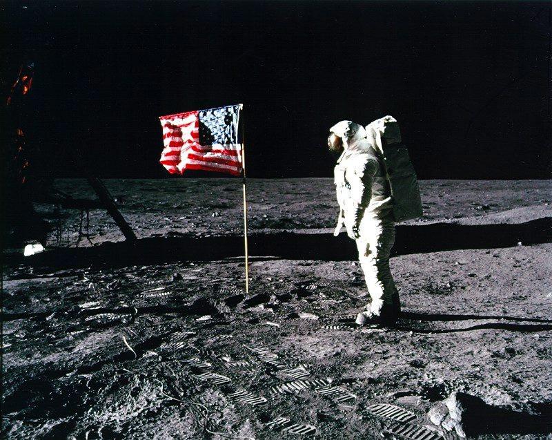 Astronaut Edwin 'Buzz' Aldrin bij de Amerikaanse vlag op de maan. Er zouden nog vijf maanlandingen volgen