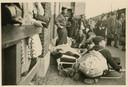 Wachtenden op het perron van Vught, 23 mei 1943. Linksvoor brancard met ernstig zieken (foto: collectie Nationaal Monument Kamp Vught).  Foto 3: Stapel bagage bij het station Vught, 23 mei 1943