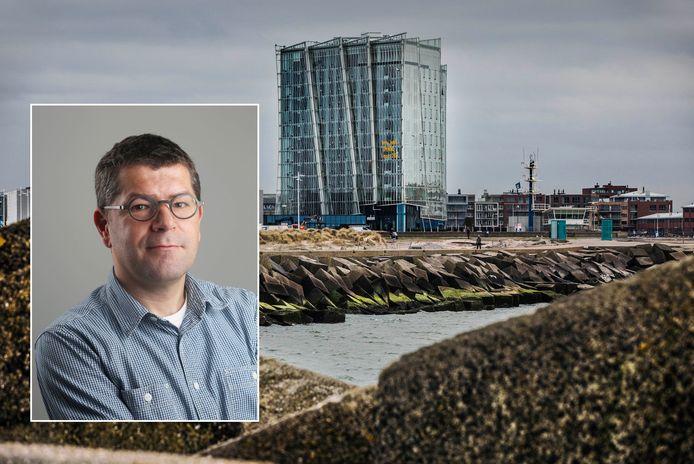 Het nieuwe hotel op het noordelijk havenhoofd. Op de voorgrond: Axel Veldhuijzen, chef AD Haagsche Courant.