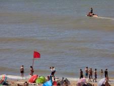 Rode vlag gehesen op strand Hoek van Holland: levensgevaarlijke stromingen in zee