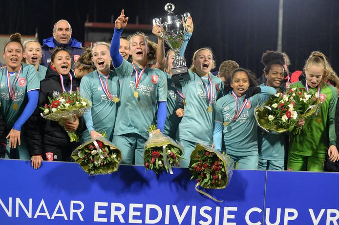 FC Twente Vrouwen heeft vrijdagavond de eerste Eredivisie Cup ooit gewonnen. De ploeg versloeg in Eindhoven PSV met 3-2.