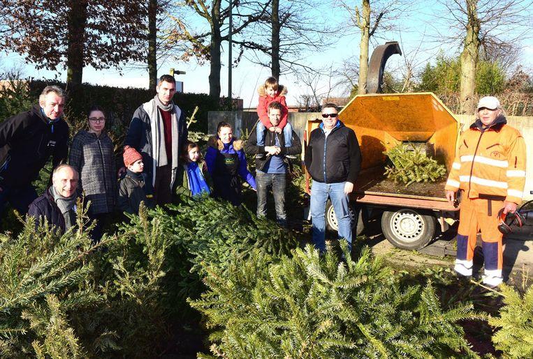 Enkele mensen zakten af naar het milieupark voor het verhakselen van hun kerstboom, ook Lotte (derde van links) was er bij.