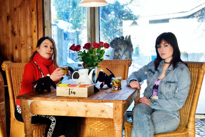 Dochters Sherda (links) en Esmee Konings op de plek waar ze altijd thee dronken met Carolien.