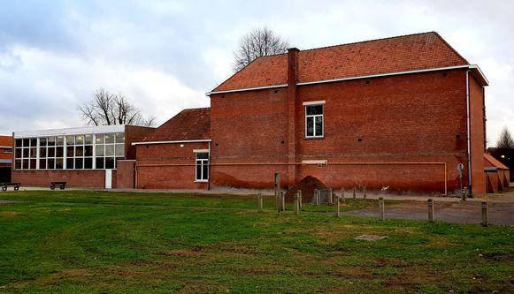 De afbraakwerken achter het oude schoolgebouw zijn gestart.
