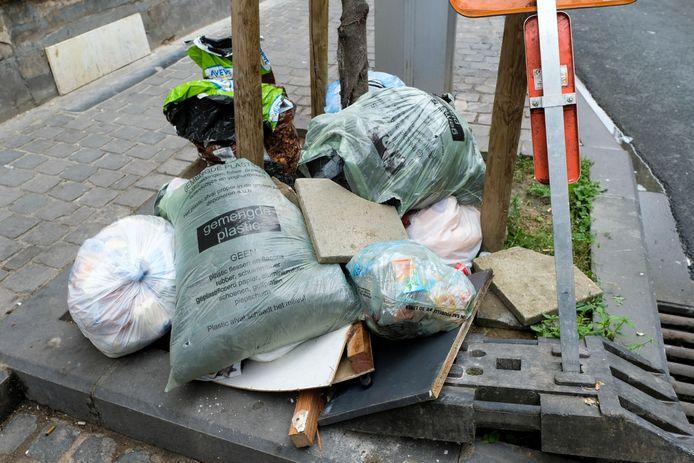 Afval dat in de straten wordt gedropt blijft een probleem in het Gewest en daar wil het Ganshorens gemeentebestuur iets aan doen.